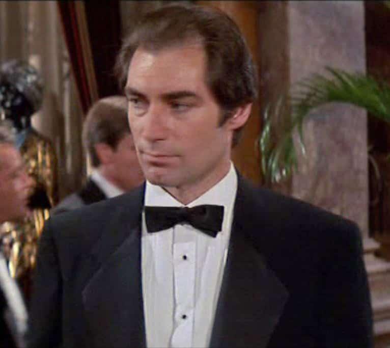 How to wear a tuxedo like james bond gentleman 39 s gazette for Tuxedo shirt no studs
