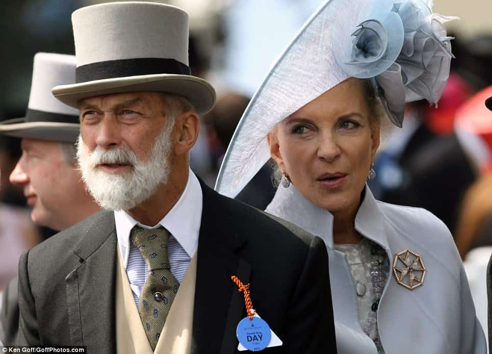 [Image: Prince-Michael-of-Kent-with-big-knot-not...-lapel.jpg]