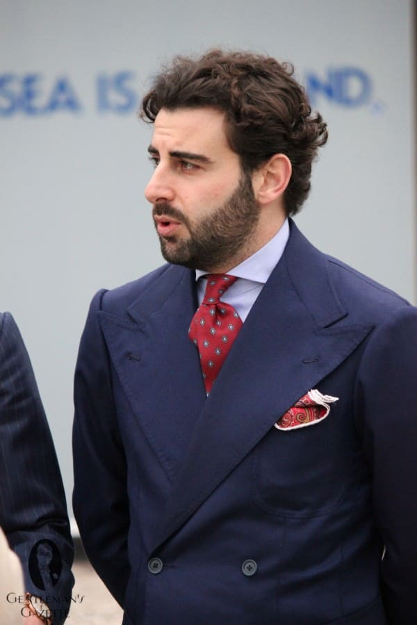 Wide lapels in navy blue by Sciamat
