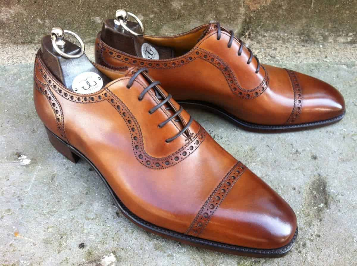 What Makes an Oxford an Oxford? Unlike most other shoes and items of menswear, the Oxford shoe has one principal defining characteristic: the lacing system. Sometimes people use the term Oxford to denote any smart lace up shoe, even those with open lacing, .