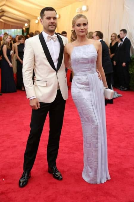 Joshua Jackson in off white dinner jacket - looks like a cheap rental and is absolutely not white tie