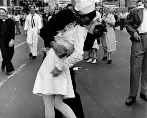 Famous V-Day picture from 1945 by Alfred Eisenstaedt