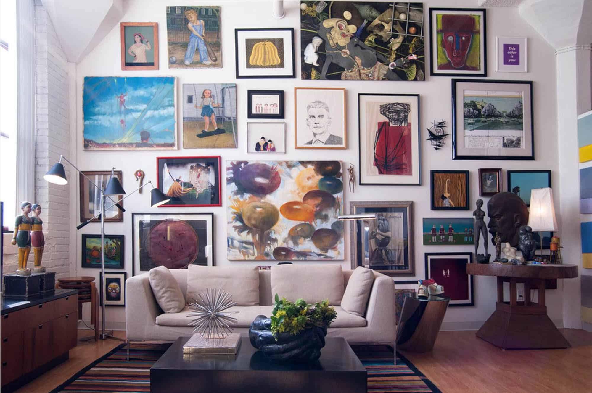 Интерьер в котором много картин