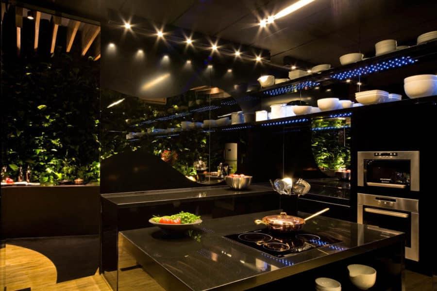Dark dan desain yang elegan dapat menjadi panas di cahaya yang tepat dan hijau