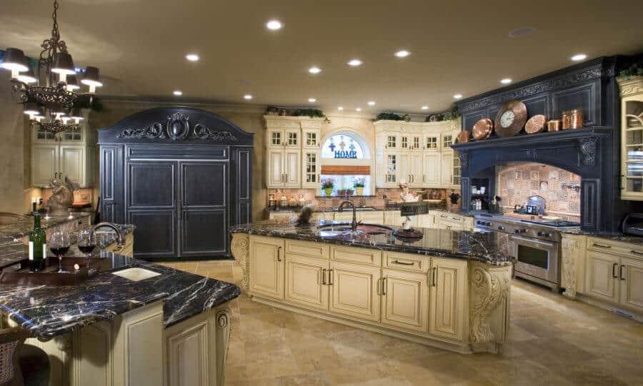 Sebuah dapur tradisional adalah elemen desain besar dan hiasan dan campuran peralatan modern