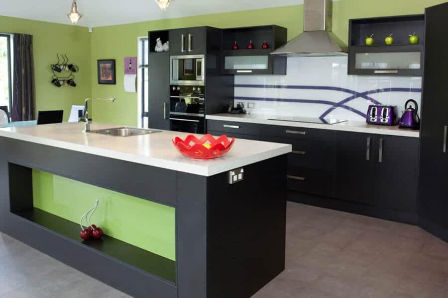 Gunakan warna-warna cerah untuk menambahkan sprezzatura di dapur, dan itu menarik