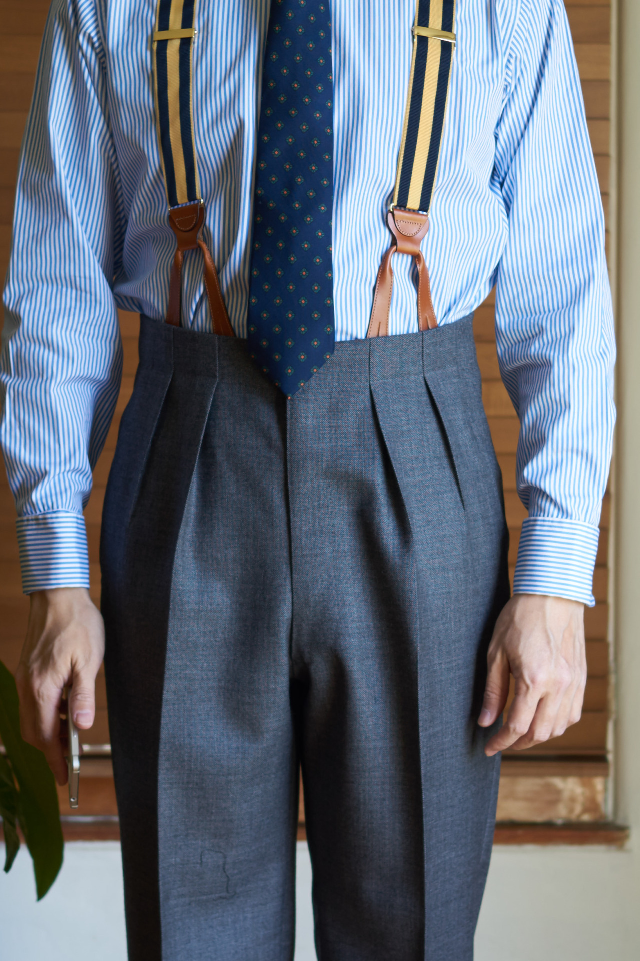 How Pants Should Fit Gentlemans Gazette Tendencies Navy Chinos Short 28 With Two Inward Pleats And A Continuous Waistband