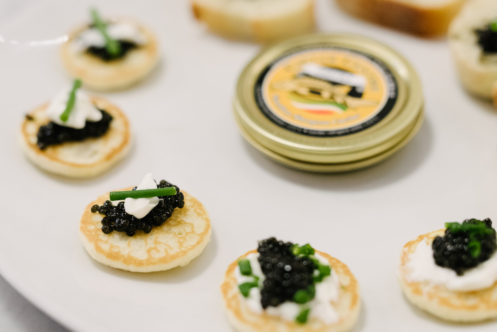 How to pair champagne and sparkling wines gentleman 39 s for Canape de caviar